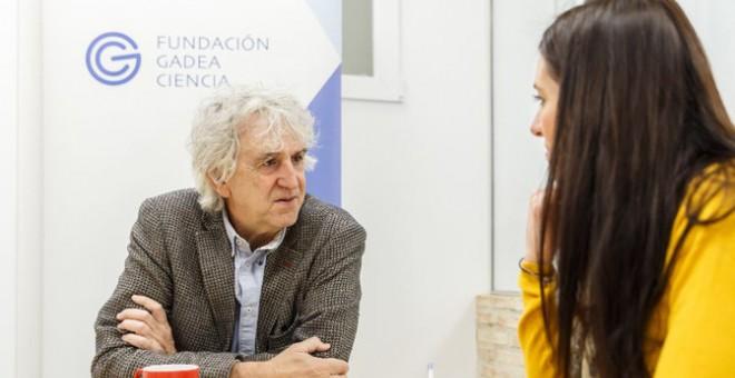 Juan Luis Arsuaga durante la entrevista con la periodista de Sinc. / Álvaro Muñoz Guzmán (SINC)