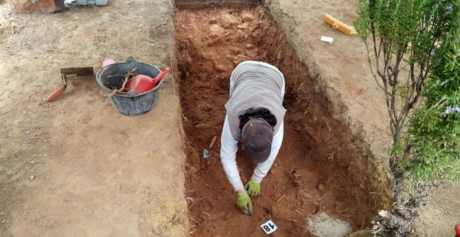 Inicio de la exhumación de la fosa en el municipio de Nerva