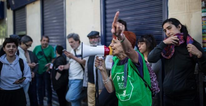 Una activista de la Plataforma de Afectados por la Hipoteca de Madrid, durante el intento de desahucio de una familia con dos hijos menores en la calles Argumosa de Madrid.- JAIRO VARGAS