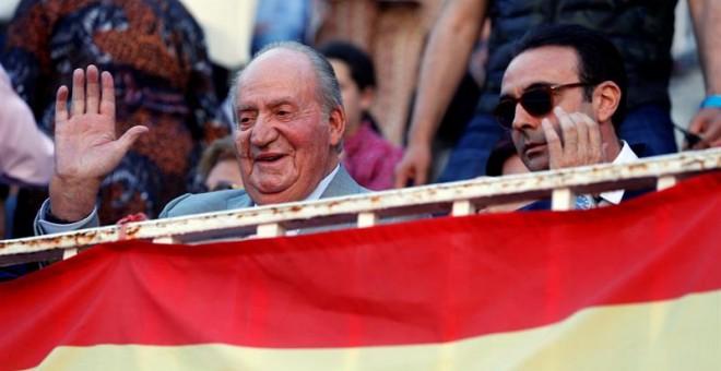 24/05/2019.- El rey emérito Juan Carlos (i) asiste junto al diestro Enrique Ponce (d) al undécimo festejo de la Feria de San Isidro, esta tarde en la Monumental de Las Ventas, en Madrid. EFE/Ballesteros