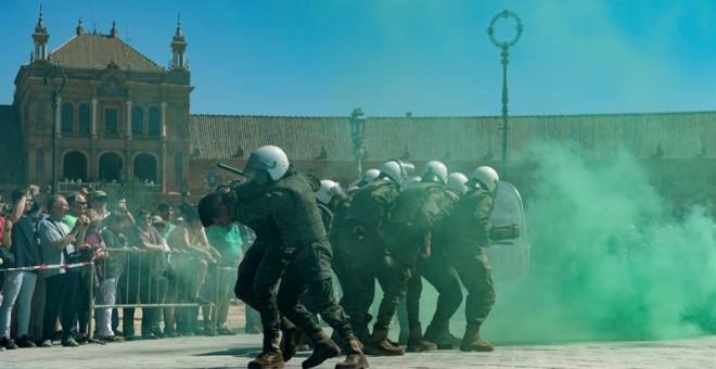Unos militares participan en unos ejerccicios durante la Exposición Estática de Material de las Fuerzas Armadas (FAS) en el Parque de María Luisa de Sevilla. EFE