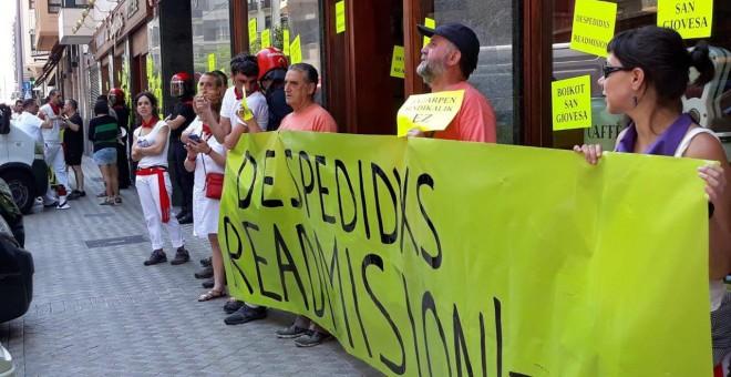 Protesta convocada por el sindicato LAB frente al restaurante La Sangiovesa de Pamplona. LAB