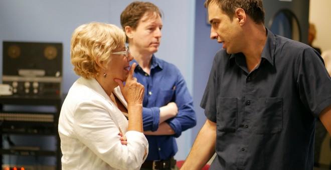 Manuela Carmena habla con el responsable de M21, Jacobo Rivero. Foto Ayuntamiento de Madrid.