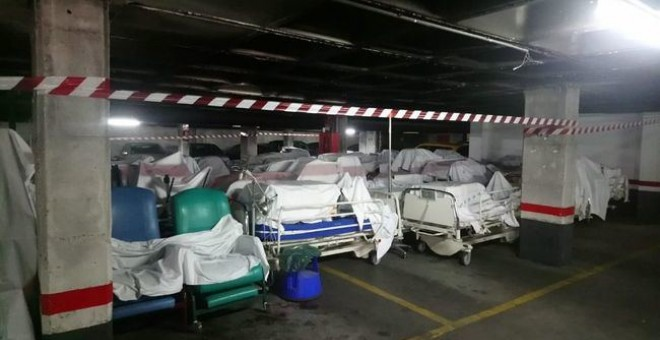 Camas nuevas almacenadas en el aparcamiento del Hospital de Móstoles.- MATS