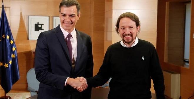 11/06/2019.- El presidente del Gobierno en funciones, Pedro Sánchez, y el líder de Podemos, Pablo Iglesias, durante la reunión mantenida esta mañana en el Congreso de los Diputados para intentar recabar su apoyo a la investidura, el cual le permitiría sum