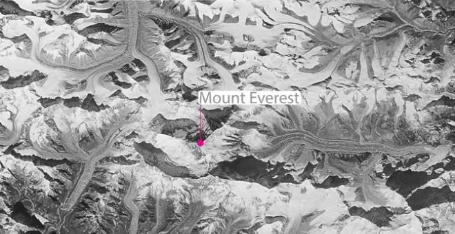 Imagen obtenida por un satélite espía estadounidense sobre la región de Khumbu desde el programa desclasificado HEXAGON KH-9. Así es como se veían los glaciares que rodeaban el Everest en 1976. / Josh Maurer / LDEO