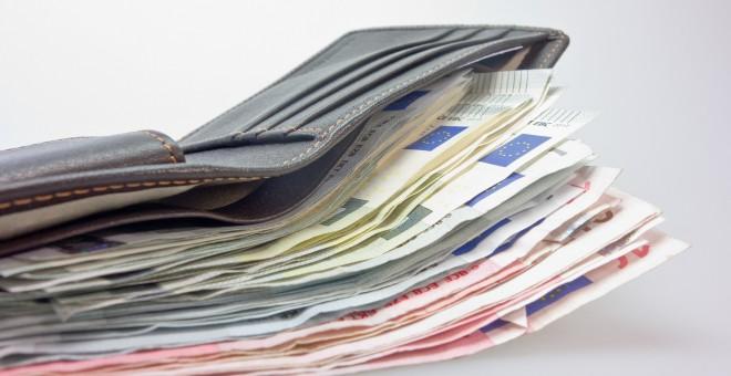 Una cartera con dinero. / Pixabay