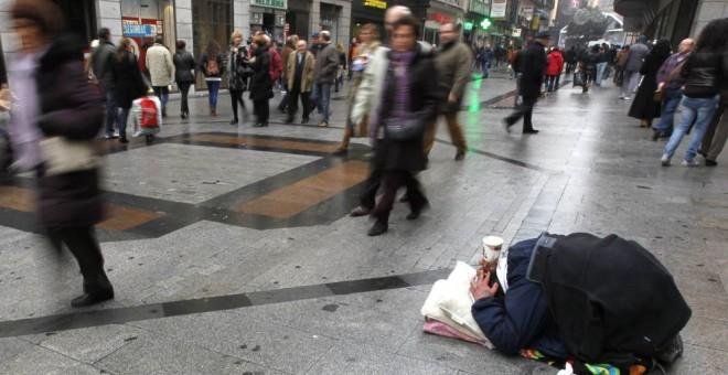 Imagen de archivo de un indigente en la calle Preciados de Madrid. - EFE