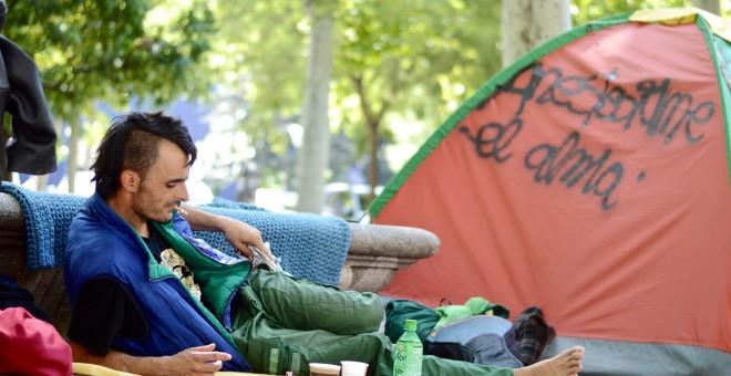 Un hombre acampado frente al Ministerio de Sanidad. ARANCHA RÍOS