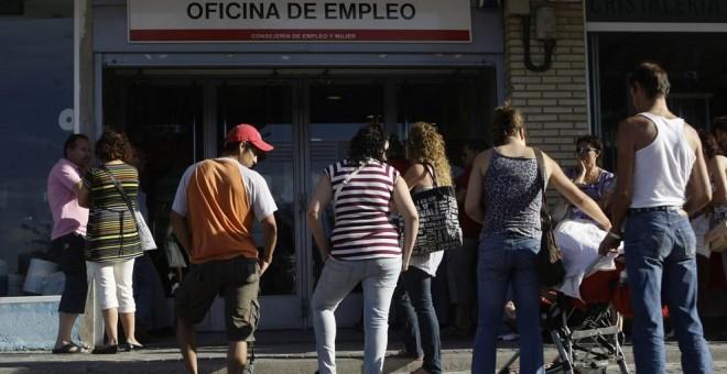Parados haciendo cola en una oficinas de Empleo en Madrid. REUTERS/Susana Vera