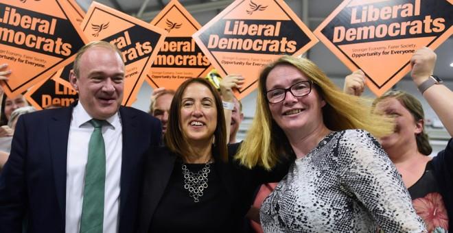 La candidata del Partido Liberal Demócrata, Jane Dodds (en el centro), tras ganar las elecciones parciales en Gales. REUTERS / Rebecca Naden