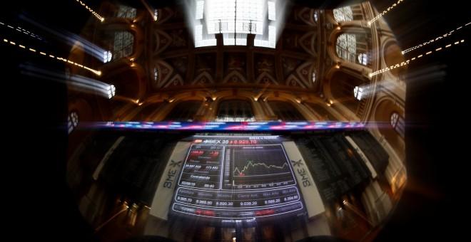 Imagen de los paneles informativos en el patio de negociación de la Bolsa de Madrid. EFE/Mariscal