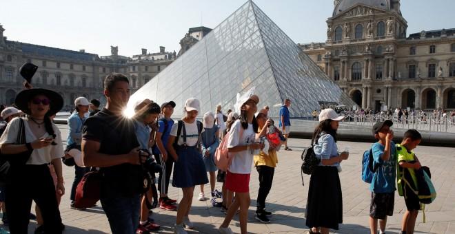 Turistas chinos en el Museo del Louvre, en París. REUTERS/Philippe Wojazer