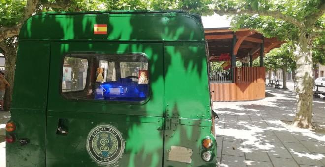 Una imitación de un vehículo de la Guardia Civil utilizada para la festividad en Extarri Aranatz. / Danilo Albin