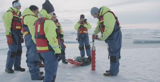 El científico jefe del Proyecto del Pasaje del Noroeste, Brie Loose, perfora el hielo del Ártico. REUTERS/Proyecto Paso del Noroeste/Duncan Clark