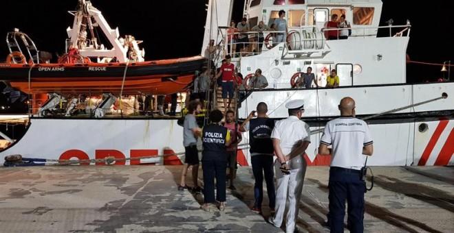 Imagen del desembarco del Open Arms en el puerto de Lampedusa. EFE/EPA