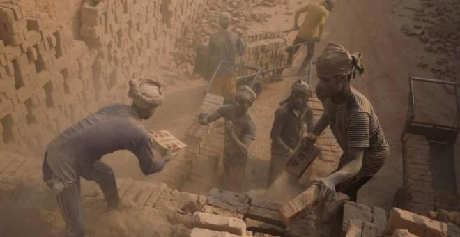 Un grupos de trabajadores en una fábrica de ladrillos de Bangladesh. -REUTERS
