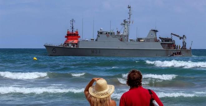 Vista del dragaminas Turia encallado en la costa La Manga del Mar Menor. / EFE