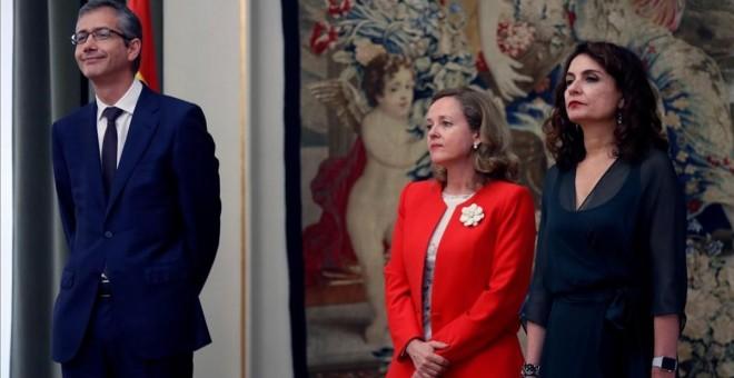 Las ministras de Economía, Nadia Calviño, y de Hacienda, Maria Jesús Montero, en la toma de posesión de Pablo Hernández de Cos como gobernador del Banco de España, en junio de 2018. EFE
