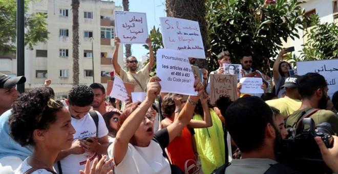 Varias personas protestan en solidaridad con la periodista Hajar Raissouni a las puertas del Tribunal de Primera Instancia de Rabat. - EFE