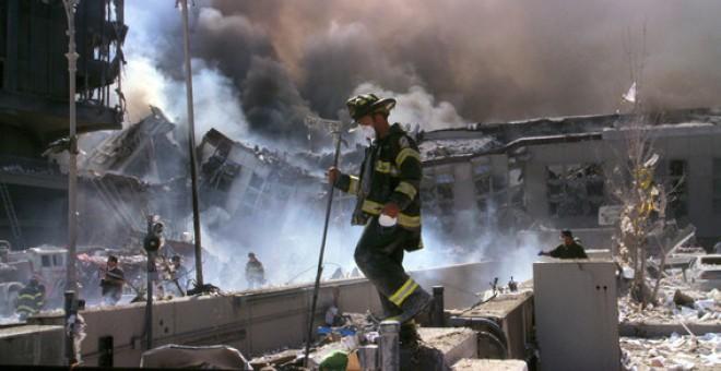 Bomberos trabajando tras el derrumbe de las Torres Gemelas el 11 de septiembre de 2001. / Library of Congress