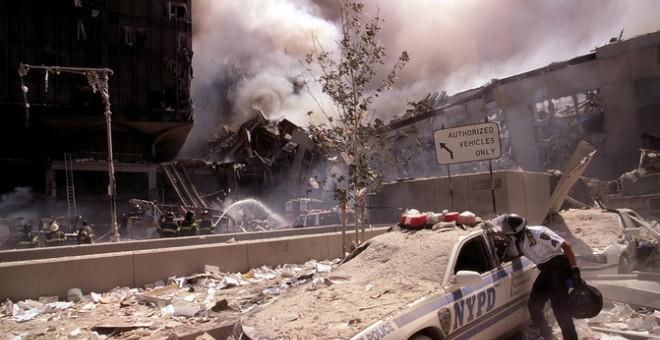 Bomberos y policías trabajan entre escombros el 11S. / Library of Congress