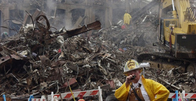 El jefe de bomberos coordina las tareas de rescate en el World Trade Center. / Michael Rieger/ FEMA News Photo