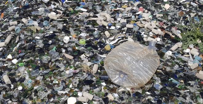 Algunos restos de tapones y plásticos se cuelan en el montón de las imperfecciones de vidrio tratadas en la planta de Ajalvir./ M.A.D.