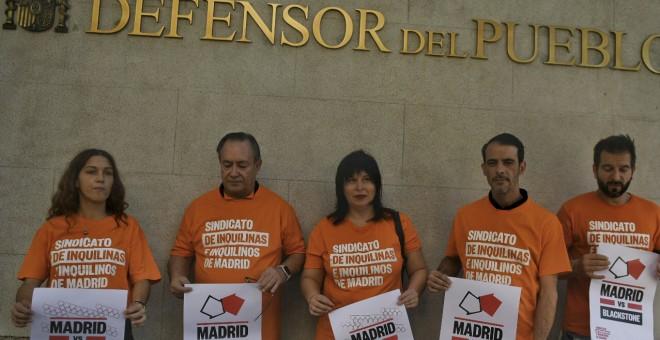 Afectados por la subida de los alquileres del fondo de inversión Fidere en la Comunidad de Madrid, en la sede del Defensor del Pueblo.- ÁLVARO MINGUITO