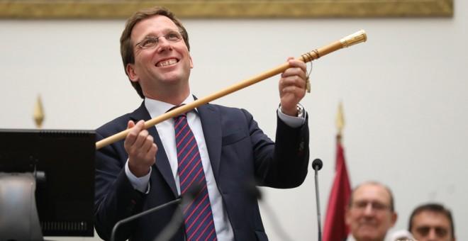 José Luis Martínez Almeida, con el bastón de mando tras ser elegido alcalde de Madrid. AYUNTAMIENTO DE MADRID