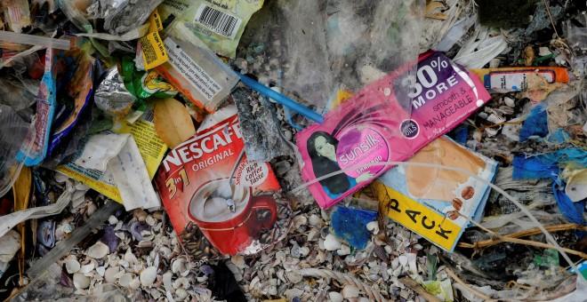 Un sobre de Nescafé y restos de basura en una playa de Filipinas. REUTERS/Eloisa Lopez