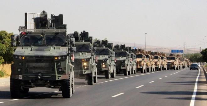 Vehículos militares turcos en la frontera con Siria. REUTERS