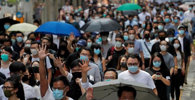Resultado de imagen para Caos en la legislatura de Hong Kong tras ataque a líder de las protestas