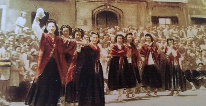 Lekeitio, 1916. Maria Erkiaga encabeza una de las únicas danzas femeninas del País Vasco.