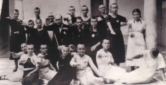 Un grupo de niñas y jovenes rapadas en Montilla ( Córdoba) haciendo el saludo franquista.