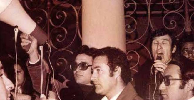 El cantaor flamenco Manuel Gerena se dirige al público tras prohibirle actuar en el Teatro Lope de Vega de Sevilla. / ANDALUCÍA EN LA HISTORIA