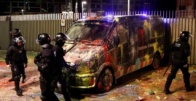 22/10/2019 - Agentes de los Mossos d'Esquadra junto a un furgón con pintura tras una protesta contra la sentencia del 'procés'. / REUTERS - JON NAZCA
