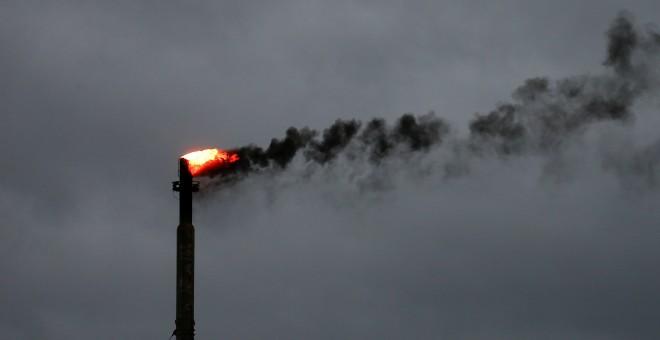 El humo se mezcla con las nubes en una refinería de petróleo en Texas./Reuters