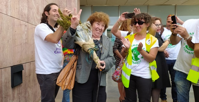 La veterana activista por la regularización del cannabis Fernanda de la Figuera, a la salida del juicio en el Juzgado de lo Penal 5 de Málaga.