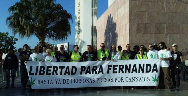 Concentración de apoyo a la veterana activista por la regularización del cannabis Fernanda de la Figuera, en la Ciudad de la Justicia de Málaga.