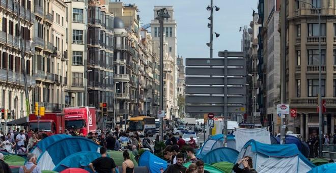 Unos 150 jóvenes, la mayoría universitarios, han pasado la noche acampados en casi un centenar de tiendas de campaña instaladas en la plaza de la Universitat, en Barcelona. /EFE