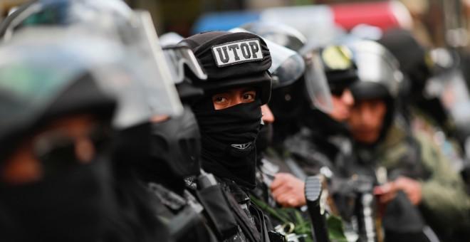 Miembros de las fuerzas de seguridad durante las protestas en La Paz de estos días. / Reuters