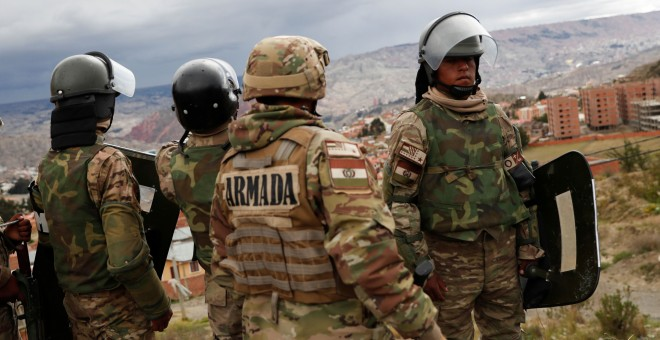 Miembros del ejército en los alrededores de La Paz durante las protestas. / Reuters