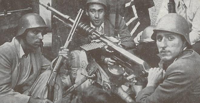 El pintor vanguardista Helios Gómez, a la izquierda, durante la defensa de Barcelona.
