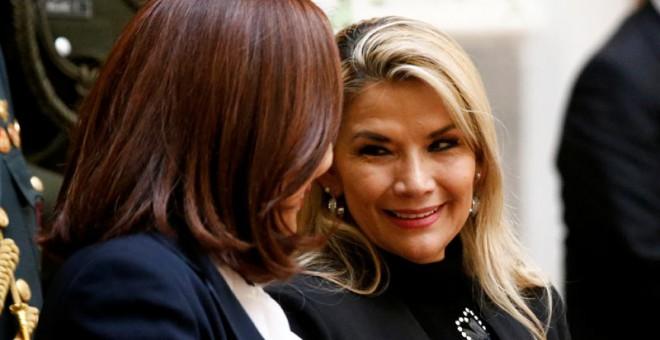 La presidenta interina de Bolivia, Jeanine Áñez, a la izquierda de la imagen, conversa con la ministra de Asuntos Exteriores durante un acto en La Paz. (REUTERS)