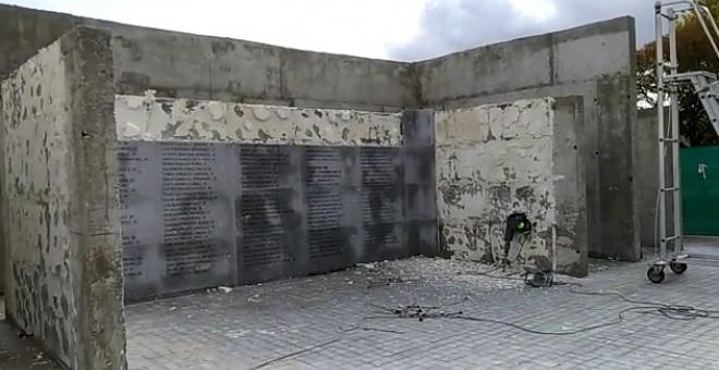 Algunas placas con los nombres de las cerca de 3.000 víctimas del franquismo ya han sido arrancadas. / Memoria y Libertad