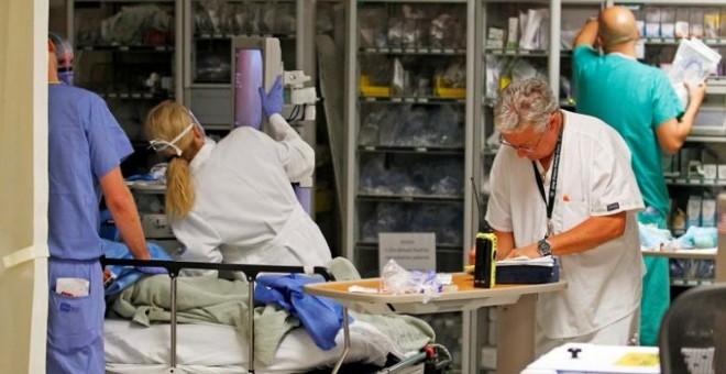 Médicos y enfermeras tratan a un paciente en el Ryder Trauma Center, del Jackson Memorial Hospital, en Miami (Florida, EEUU). REUTERS / Joe Skipper