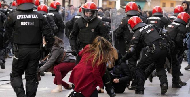 Antidisturbios de la Ertzaintza en una imagen de archivo. DAVID AGUILAR / EFE. publico.es