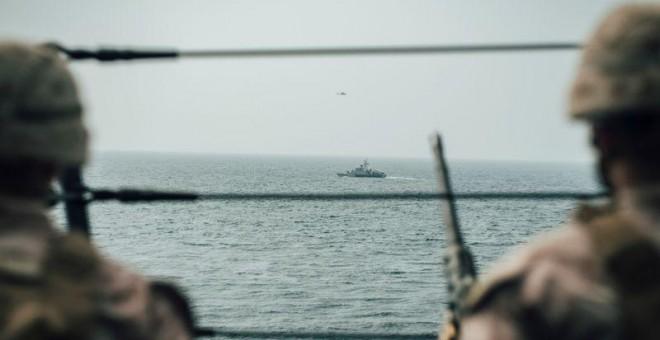Infantes de Marina estadounidenses observan una nave iraní en el estrecho de Ormuz. / Reuters