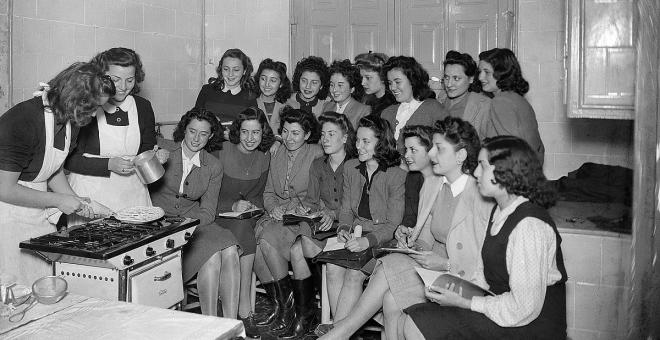 Clase de cocina de la Sección Femenina en la Barcelona de Posguerra. Fondo Merletti del IEFC. Cedidas por el autor para este artículo.